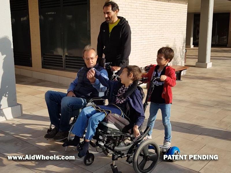 pasear sillas de ruedas con ayuda de un hoverboard