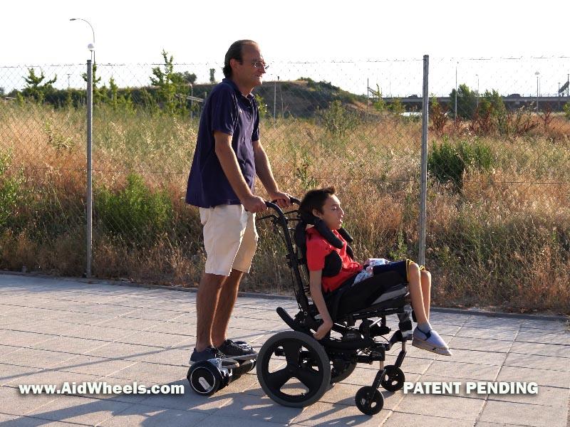 pasear sillas de ruedas con hoverboar patinete electrico