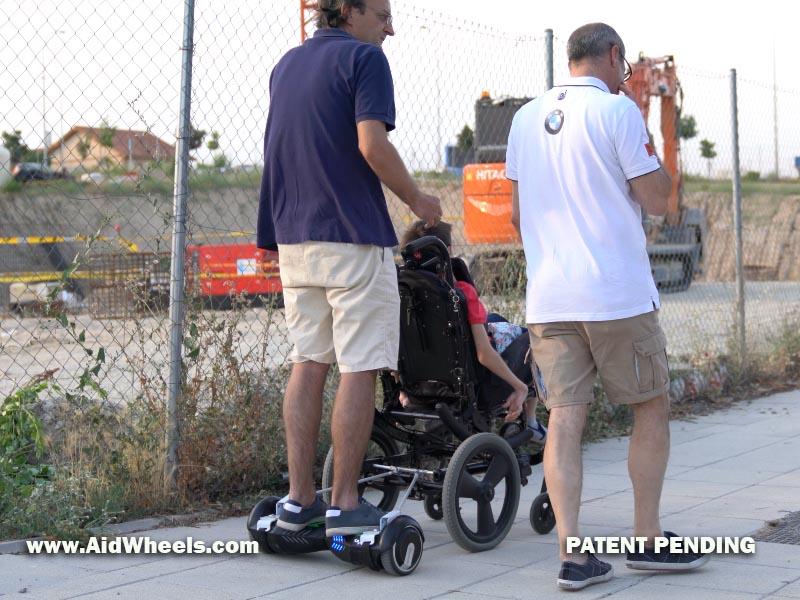silla de ruedas paseando con un hoverboard
